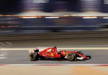 dpatopbilder - Motorsport: Formel-1-Weltmeisterschaft, Freies Training, Grand Prix von Bahrain am 14.04.2017 in as-Sachir (Bahrain). Funken fliegen aus dem Ferrari von Sebastian Vettel vom Team Scuderia Ferrari auf der Rennstrecke. Der Große Preis von Bahrain findet am 16.04.2017 statt. Foto: Hassan Ammar/AP/dpa +++(c) dpa - Bildfunk+++